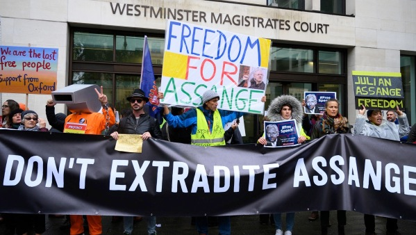 Demonstranten vor dem westminster magistrates court in london fordern assanges freilassung die hauptanhoerung findet am 28 februar 2020 statt